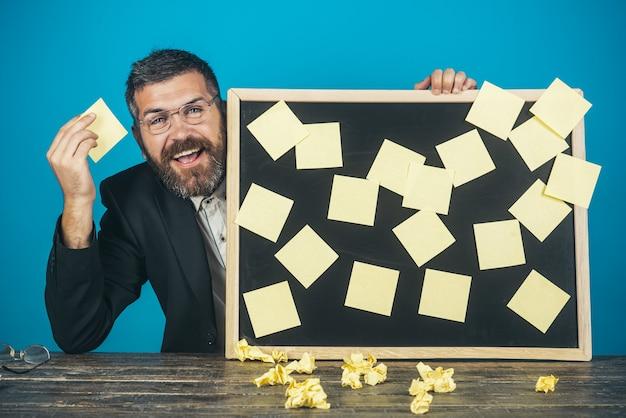 사업가는 메모 스티커 메모 개념으로 보드를 보유하고 기억 계획 사업가를 기억합니다.
