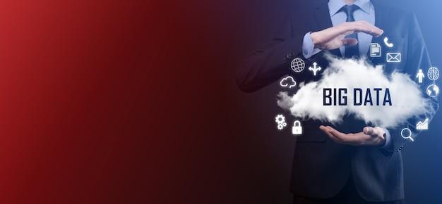 ビジネスマンは、碑文、単語ビッグデータで雲を保持します。南京錠、脳、人、惑星、グラフ、拡大鏡、歯車、雲、グリッド、ドキュメント、手紙、電話のアイコン。
