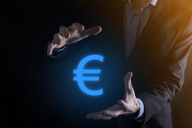 Бизнесмен держит символ евро