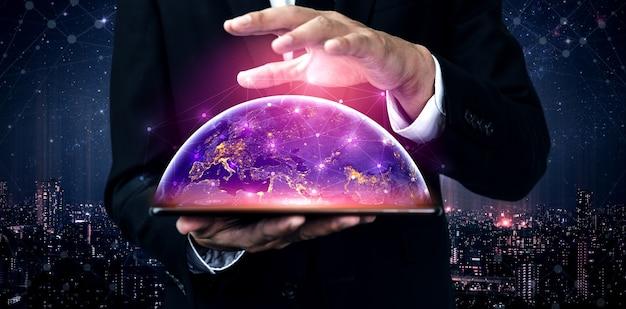 Бизнесмен держит график сетевого подключения