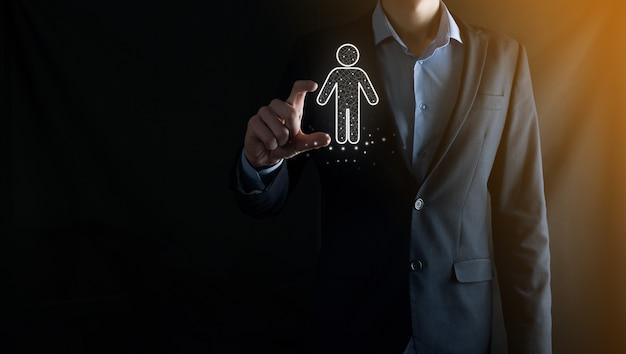 사업가는 어두운 색조의 배경에 사람 아이콘을 보유하고 있습니다. hr human, people icon기술 프로세스 시스템 비즈니스, 채용, 고용, 팀 빌딩. 조직 구조 개념입니다.