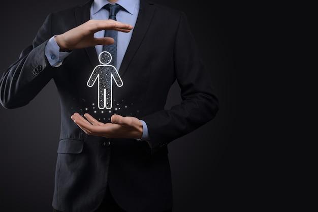 사업가 어두운 톤 배경에 남자 사람 아이콘을 보유하고 있습니다. hr 인간, 사람 icontechnology 프로세스 시스템 비즈니스 모집, 고용, 팀 빌딩. 조직 구조 개념.