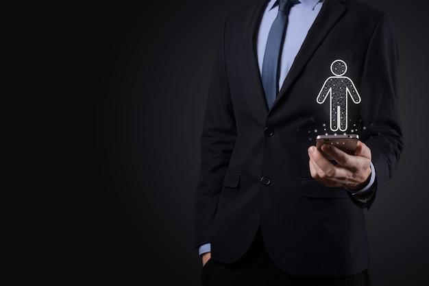 사업가는 어두운 톤 배경에 남자 사람 아이콘을 보유하고 있습니다. hr 인간, 사람 아이콘기술 프로세스