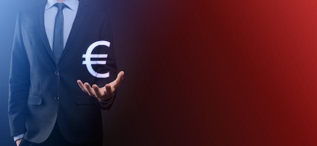 사업가 어두운 톤 배경에 돈 동전 아이콘 eur 또는 유로 보유 ... 사업 투자 및 금융에 대 한 성장 돈 개념입니다.