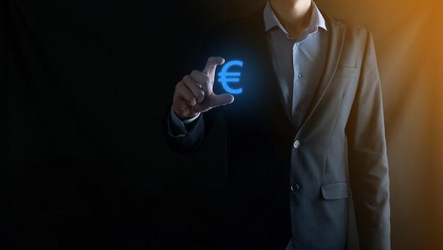 사업가 어두운 톤 벽에 돈 동전 아이콘 eur 또는 유로 보유 ... 사업 투자 및 금융에 대 한 성장 돈 개념입니다.