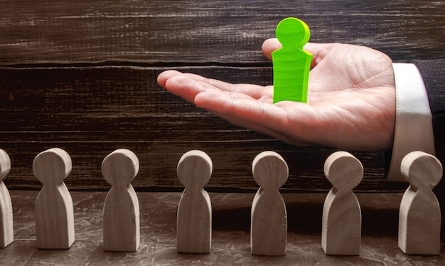 ビジネスマンは従業員の前で新しいリーダーを差し出しますチームビルディングとビジネス階層