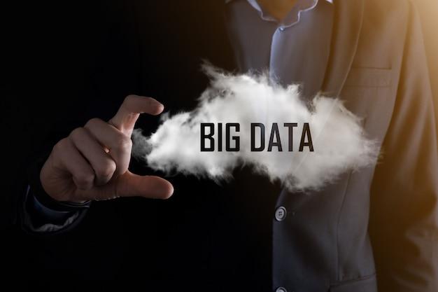 사업가는 비문 big data를 보유하고 있습니다. 자물쇠, 뇌, 남자, 행성, 그래프, 돋보기, 기어, 구름, 그리드, 문서, 편지, 전화 아이콘.