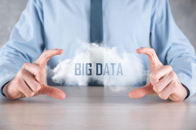 ビジネスマンは碑文ビッグデータを保持しています。南京錠、脳、人、惑星、グラフ、拡大鏡、歯車、雲、グリッド、ドキュメント、手紙、電話のアイコン。