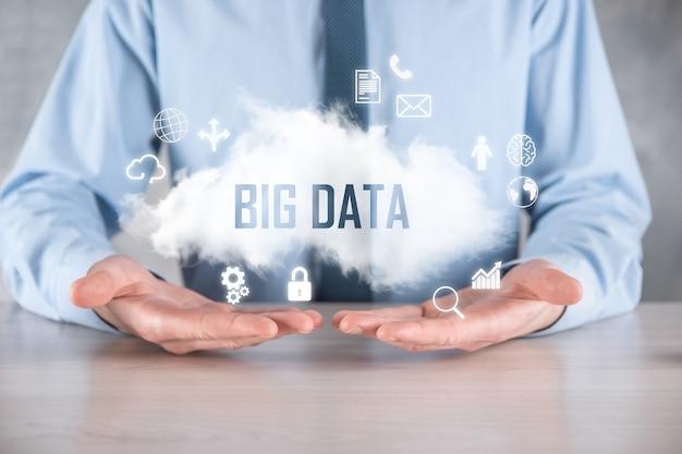 ビジネスマンは碑文ビッグデータを保持します