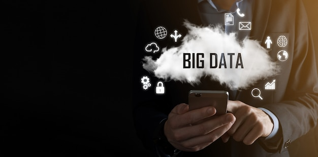 사업가는 big data라는 비문을 보유하고 있습니다. 자물쇠, 뇌, 남자, 행성, 그래프, 돋보기, 기어, 구름, 그리드, 문서, 편지, 전화 아이콘.