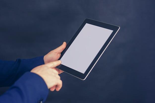 블루 재킷에 사업가 흰색 화면으로 태블릿을 보유