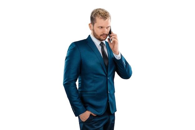 白い背景で隔離の電話で話しているビジネススーツのビジネスマン。仕事とコミュニケーションのためにインターネットを使用します。コンセプトビジネスオンライン、重要な電話、リモートワーク