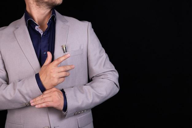 腕を組んで灰色のスーツを着たビジネスマン。ビジネス、金融、アイデア。