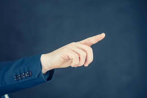 셔츠와 파란색 재킷에 사업가 그의 손으로 제스처를 보여줍니다.
