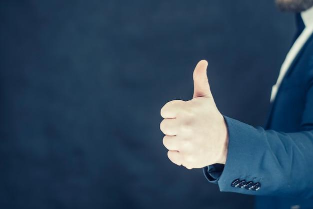 셔츠와 파란색 재킷을 입은 사업가가 손으로 제스처를 보여줍니다. 프리미엄 사진