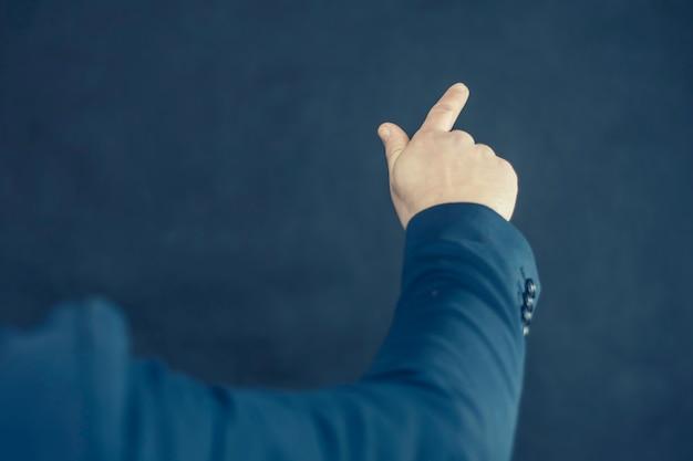 셔츠와 파란색 재킷을 입은 사업가가 손으로 제스처를 보여줍니다.