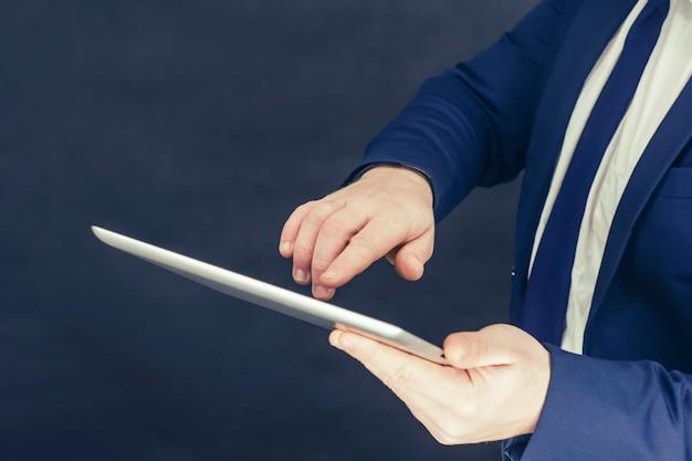 셔츠와 손에 태블릿 블루 재킷에 사업가.