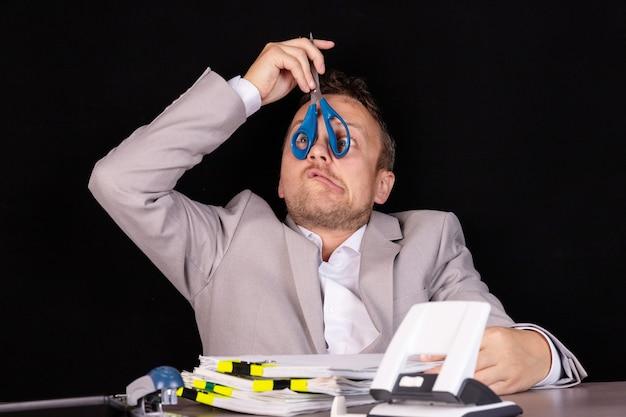 Бизнесмен в ситуации кризиса, банкротства, разорения, дефолта. концепция.