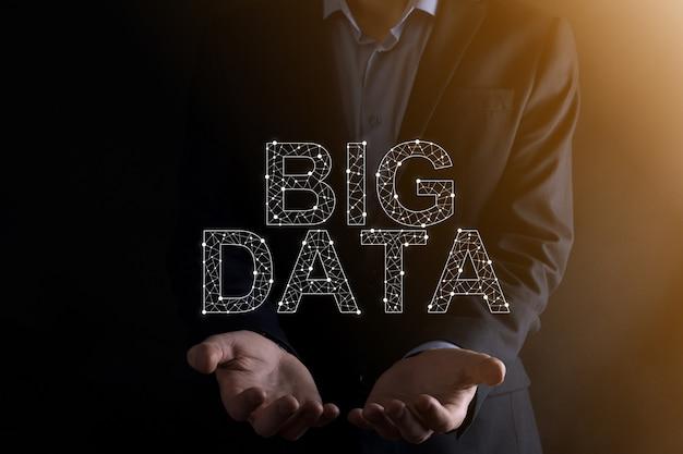 어두운 배경의 정장을 입은 사업가는 big data라는 글자를 가지고 있습니다. storage network online server concept.social 네트워크 또는 비즈니스 분석 표현.