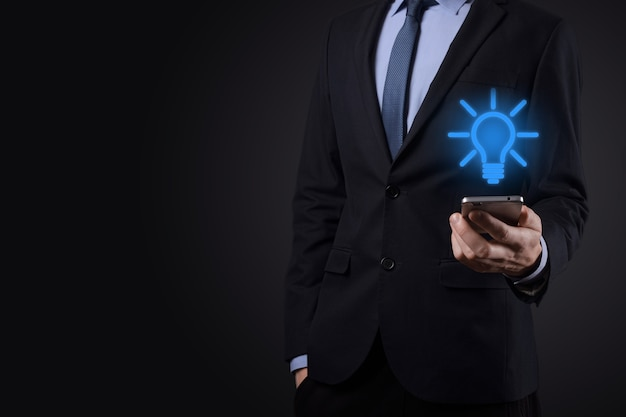 Бизнесмен в костюме с лампочкой в руках