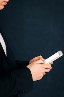 Бизнесмен в костюме с телефоном в руках. человек с телефоном в руках