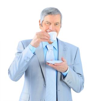 年齢のビジネスマン、コーヒーを飲みます。白い背景で隔離。
