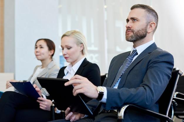 Бизнесмен в аудитории