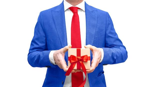 파란 양복과 공예 종이 선물 상자 격리와 빨간 넥타이에서 사업가. 비즈니스 사람이 상을 선물합니다. 공간을 복사하십시오. 광고, 판매, 할인,