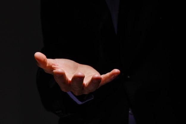 빈 손바닥을 보여주는 파란색 정장을 입은 사업가 - 손에 제품을 광고하는 데 사용할 수 있습니다.
