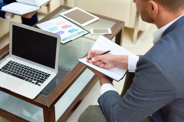 簡単な会議のビジネスマン