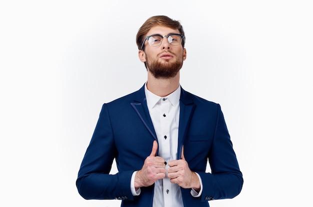 Бизнесмен в классическом костюме показывает палец вверх успех на работе светлом фоне