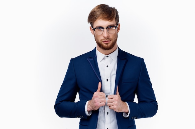 仕事の明るい背景で成功を親指を示すクラシック スーツのビジネスマン