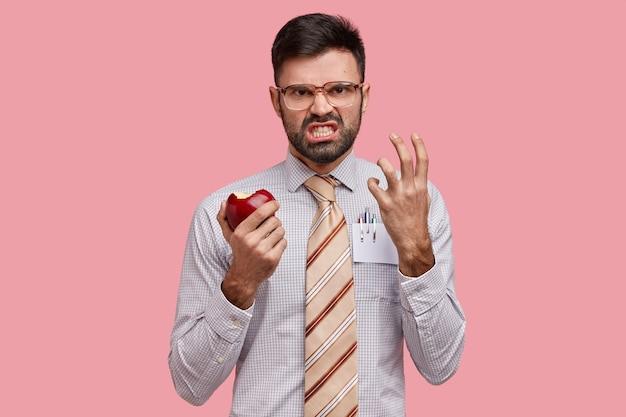 Бизнесмен в формальной одежде, держа яблоко