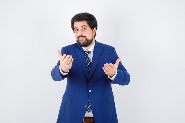 フォーマルなスーツを着たビジネスマンが来て、幸せそうに見える、正面図。