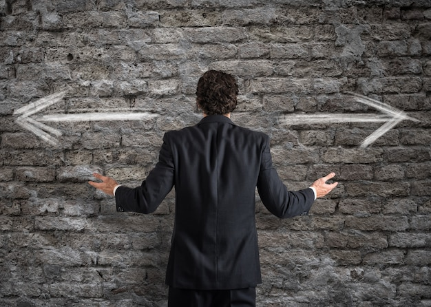 反対方向の矢印で選択の前にビジネスマン