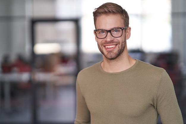 Бизнесмен в очках, работающих в деловой компании