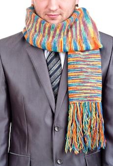 Бизнесмен в сером костюме и красочном шарфе