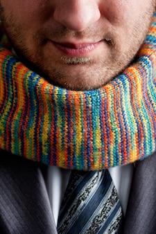 灰色のスーツとカラフルなスカーフのビジネスマン