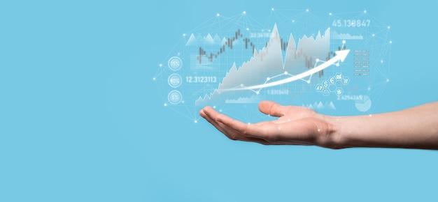 Бизнесмен в руке держать график финансирования банковского бизнеса и инвестировать в инвестиционную точку фондового рынка, экономический рост и концепцию инвестора. анализ диаграммы виртуального фондового рынка, анализ с использованием технологий