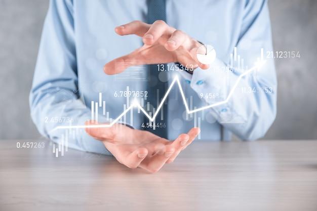 손에 든 사업가는 은행 비즈니스 재무 그래프를 잡고 주식 시장 투자 포인트, 경제 성장 및 투자자 개념에 투자합니다. 가상 주식 시장 차트 분석, 사용 기술로 분석