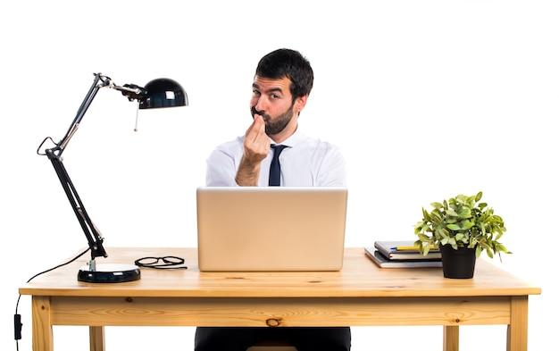 Бизнесмен в своем офисе, делая денежный жест