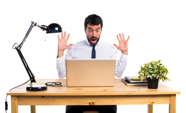 Бизнесмен в своем кабинете делает неожиданный жест
