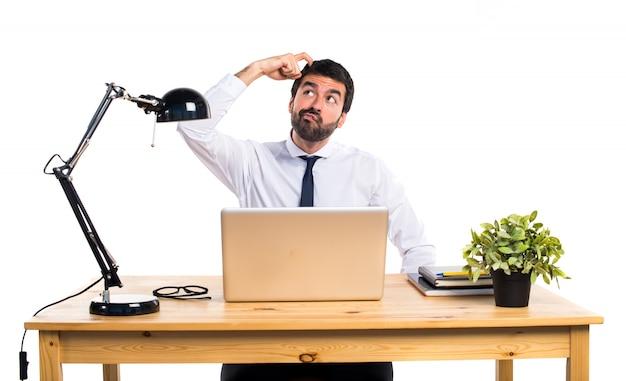 疑問を持っている彼のオフィスのビジネスマン