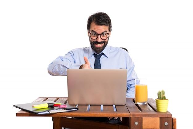 取引をしている彼のオフィスのビジネスマン