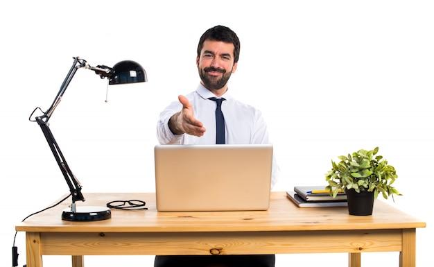 Бизнесмен в своем офисе, заключая сделку