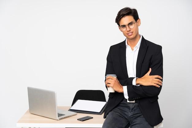 アイデアを考えて分離壁白い壁の上の彼のオフィスのビジネスマン