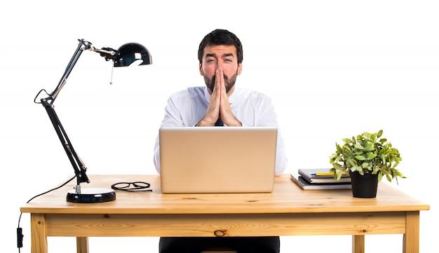Бизнесмен в своем кабинете умоляет