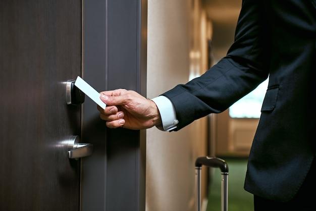 호텔에서 사업가입니다. 키 카드를 사용하여 문을 열거나 키 카드를 스캔하여 문을 여는 클로즈업