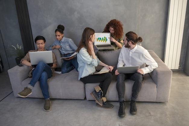 コンピューターとインターネットネットワークで接続されているオフィスのビジネスマン