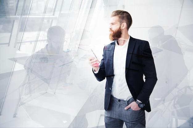 オフィスのビジネスマンは遠い未来を見ています。イノベーションとスタートアップの概念